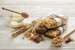 Barras de granola sem glúten caseiros no fundo de madeira imagem de stock royalty free
