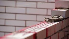 Barras de hierro para el proceso de la levantamiento de muros del ladrillo almacen de video