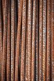 Barras de hierro rojas oxidadas usadas en la construcción fotos de archivo