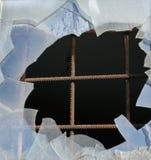 Barras de hierro y ventana de cristal rota imagen de archivo