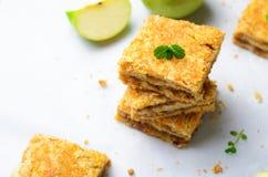 Barras de la empanada de Apple, torta de la migaja, postre hecho en casa foto de archivo