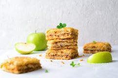 Barras de la empanada de Apple, torta de la migaja, postre hecho en casa imagenes de archivo