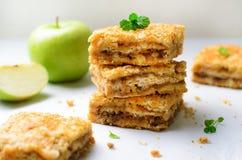 Barras de la empanada de Apple, torta de la migaja, postre hecho en casa fotografía de archivo