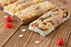 Barras de la proteína con la mantequilla de cacahuete y los frutos secos, bocado sano Fotografía de archivo libre de regalías