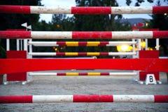 Barras de los obstáculos de la equitación para el evento de salto del caballo Imagen de archivo