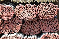 Barras de metal largas del corte transversal cuadrado Fotos de archivo libres de regalías