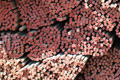 Barras de metal largas del corte transversal cuadrado Imagenes de archivo