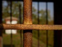 Barras de metal na janela velha imagens de stock