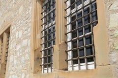 Barras de metal nas janelas fotos de stock royalty free