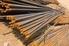 Barras de metal oxidadas en la tierra Imagenes de archivo