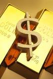 Barras de oro primer y dólar imagen de archivo libre de regalías