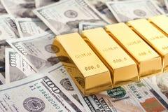 Barras de ouro brilhantes na pilha fotografia de stock royalty free