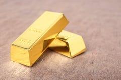 Barras de ouro brilhantes na tabela fotografia de stock
