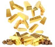 Barras de ouro brilhantes que caem no montão imagem de stock royalty free