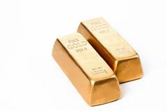 Barras de ouro contra o fundo branco imagens de stock