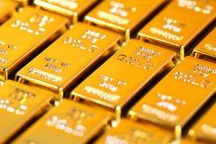 Barras de ouro e financeiro imagens de stock