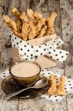 Barras de pan del queso del ajo y taza de té con leche negro Imagenes de archivo