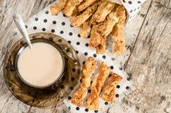 Barras de pan del queso del ajo y taza de té con leche negro Foto de archivo