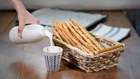 Barras de pan italianas recientemente cocidas, rústicas del grissini con leche almacen de metraje de vídeo