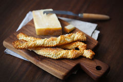 Barras de pan, pasta de hojaldre torcida del grissini con el queso parmesano Fotografía de archivo