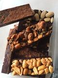 Barras de porca escuras do chocolate do artesão do vegetariano fotos de stock royalty free