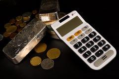 Barras de prata e calculadora imagens de stock