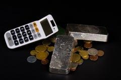 Barras de prata e moedas foto de stock royalty free