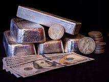 Barras de prata, moedas de prata, e moeda de papel imagens de stock royalty free