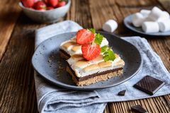Barras de S'mores com marshmallows e chocolate imagens de stock