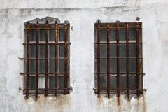 Barras de ventana aherrumbradas del hierro foto de archivo libre de regalías
