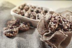 Barras del cereal, cereza frágil de cacahuete, secada, fotos de archivo libres de regalías