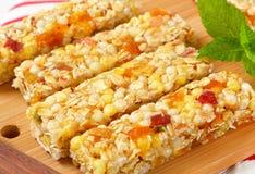 Barras del cereal del albaricoque y de la manzana Foto de archivo libre de regalías