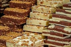 Barras del chocolate clásico y blanco, con los pedazos nuts Imagenes de archivo