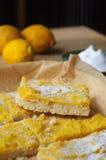 Barras del limón del Shortcrust en la placa blanca Fotos de archivo