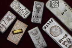 Barras del lingote de la plata y de oro (lingotes) Imágenes de archivo libres de regalías