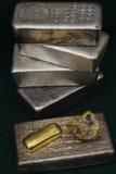 Barras del lingote de la plata y de oro (lingotes) y espécimen del oro/del cuarzo Foto de archivo libre de regalías