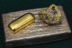 Barras del lingote de la plata y de oro (lingotes) y espécimen del oro/del cuarzo Imagen de archivo libre de regalías