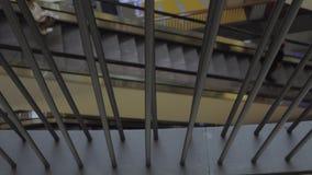 Barras diretas visíveis de uma cerca da escada rolante movente video estoque
