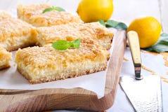 Barras do bolo de queijo do limão imagens de stock