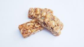 Barras do caramelo com os amendoins isolados no fundo branco Imagens de Stock Royalty Free