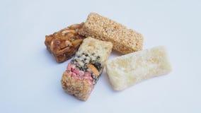 Barras do caramelo com os amendoins isolados no fundo branco Imagens de Stock