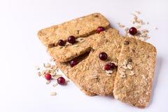 Barras do cereal com a baga do chocolate da farinha de aveia e o fim de Honey Tasty Cookies White Background acima do espaço da c fotos de stock