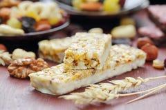 Barras do cereal do granola com porcas e passas Fotos de Stock Royalty Free