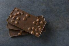 Barras do chocolate de leite na superfície escura fotografia de stock royalty free