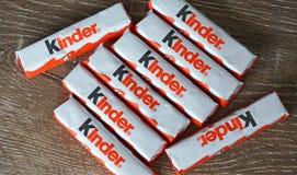 Barras do chocolate mais amável no fundo de madeira Imagem de Stock