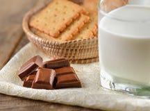 Barras do leite e de chocolate foto de stock
