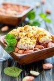 Barras do mel com amendoins em uma bacia com um amendoim inteiro foto de stock royalty free