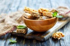 Barras do mel com amendoins, sementes de sésamo e sementes de girassol em um w imagens de stock