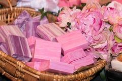 Barras do sabão cor-de-rosa em uma cesta fotografia de stock