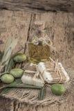 Barras do sabão do azeite e garrafa de óleo naturais na tabela de madeira fotografia de stock royalty free